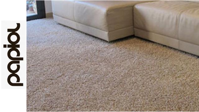 Limpieza de alfombra cirrese para arriba de mujer con la alfombra de la limpieza del aspirador - Limpieza de alfombras barcelona ...
